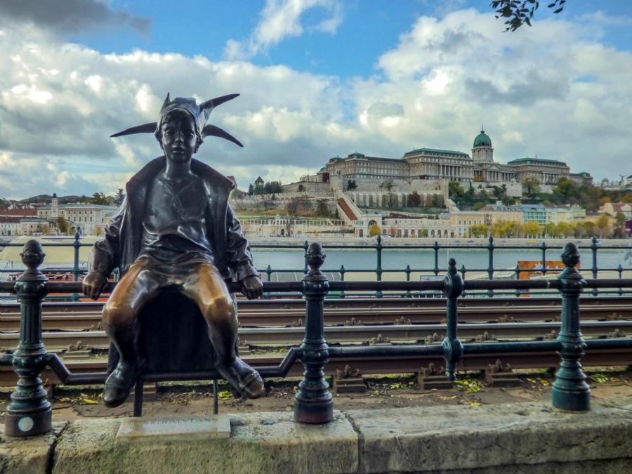 Estatua niña Budapest